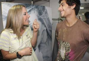 Jesus Luz picture with Claudia Leitte backstage at the 2009 Ceara Music Festival on October 10th 2009