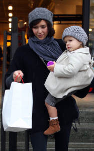 Jessica Alba and her daughter Honor Marie went out shopping on January 20th 2019 while it was raining in Los Angeles